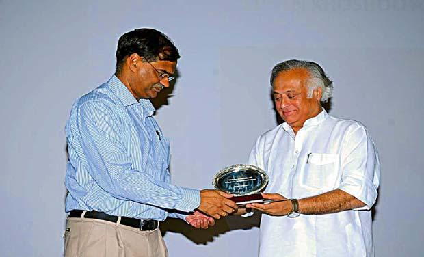 Prof Mahesh Rangarajan, Director, Nehru Memorial Museum, New Delhi receives T.N. Khoshoo Memorial Award from former Union Minister Jairam Ramesh in Bengaluru on Thursday (Photo: DC)