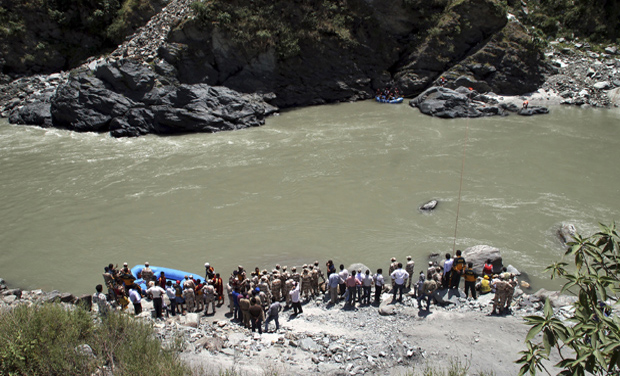 Rescuers continue to search the Beas River for the second day after dozens of students were swept away when a dam released a rush of water without warning near the Larji hydropower station, in Himachal Pradesh (Photo: AP)