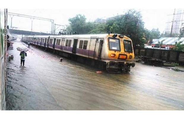 મુંબઈમાં ભારે વરસાદના કારણે અમદાવાદ તરફ આવતી ટ્રેનોને રદ કરાઈ