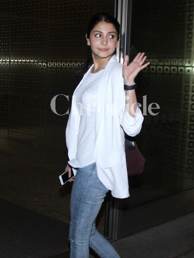 Anushka, Farhan, Zoya, Varun spotted at the Mumbai airport