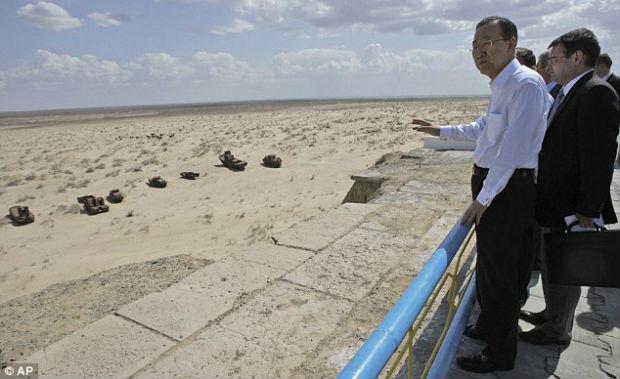 Secretary General Ban Ki-moon looks at the 'graveyard of ships ...
