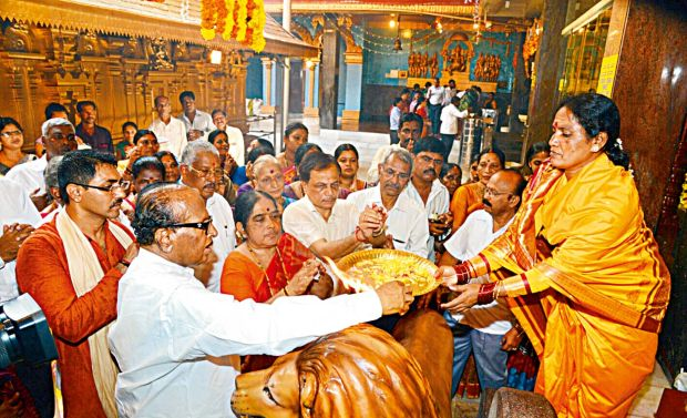Congress leader Janardhan Poojary with the women priests at Kudroli Sri Gokarnanatha temple in Mangalore